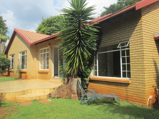 4 Bedroom Simplex for Sale in Die Wilgers