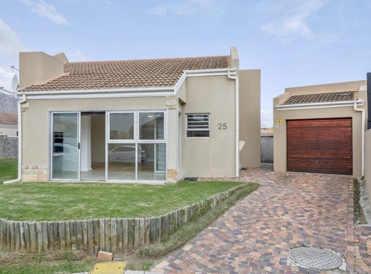 2 Bedroom House for Sale in Fairview Golf Estate