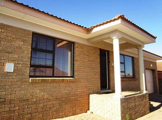 2 Bedroom House for Sale in Blombosch