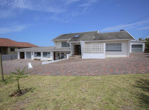 6 Bedroom House for Sale in Beacon Bay