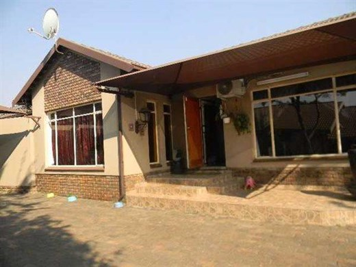 6 Bedroom House for Sale in Aerorand