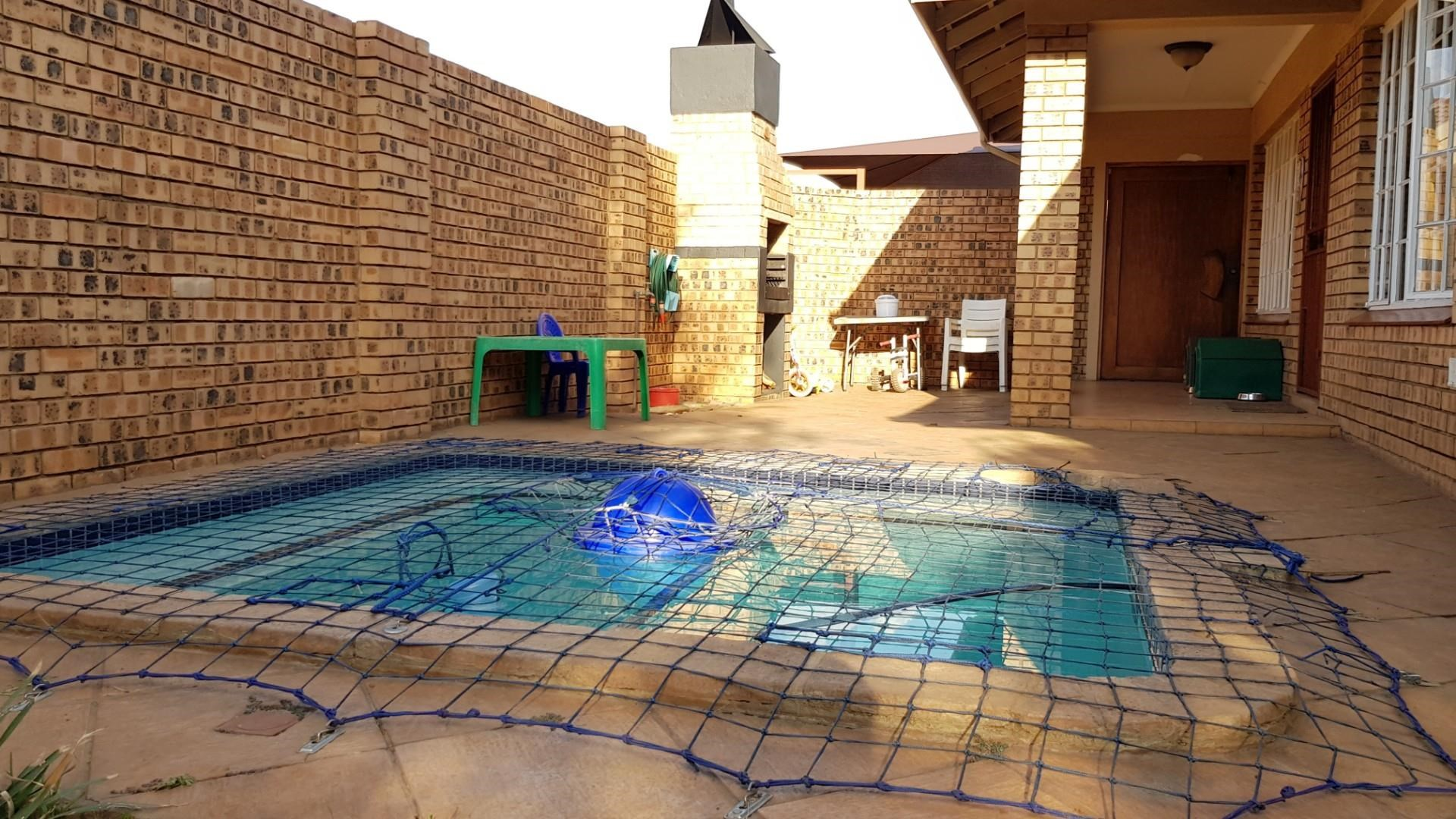 3 Bedroom Townhouse for Sale in Middelburg South