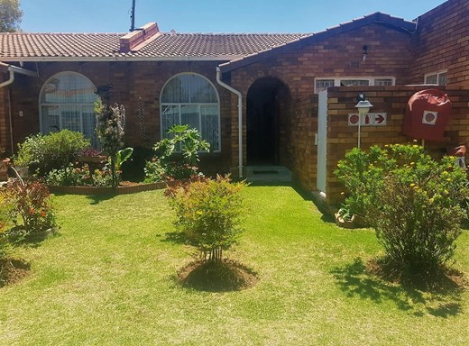 2 Bedroom Simplex for Sale in Beyers Park