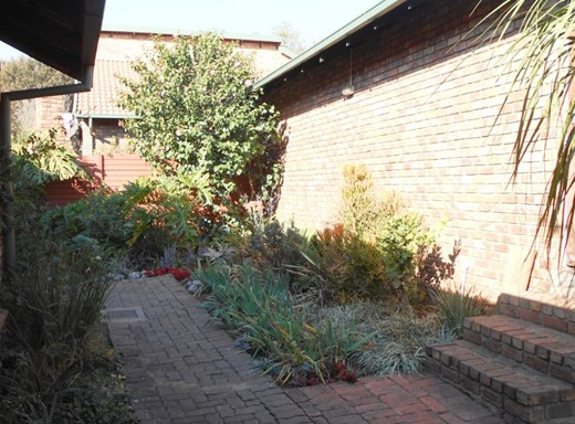 2 Bedroom Townhouse for Sale in Rooihuiskraal North