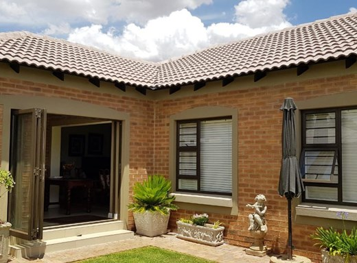 2 Bedroom House for Sale in Van Der Hoff Park