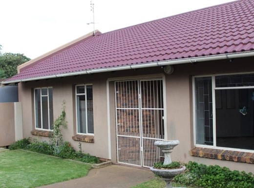3 Bedroom Townhouse for Sale in Uitsig